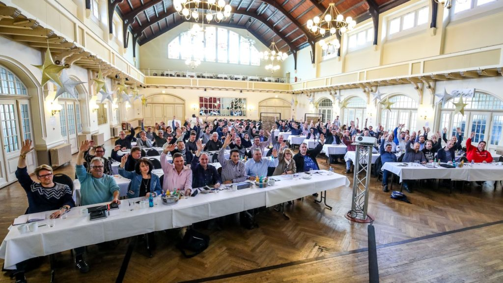 Mitglieder der Tarifkommission beschließen Forderungen zur Stahltarifrunde 2019  Foto: Thomas Range